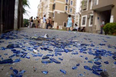 昨日上午,青浦桂花园小区10号楼下布满602室煤气爆燃后掉落的窗户玻璃。早报记者赵昀图