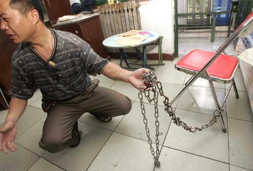 铁链都锁不住爱上网的孩子,做父亲的心碎了