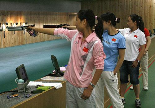 图文:射击队奥运试枪 女子气手枪队员在训练