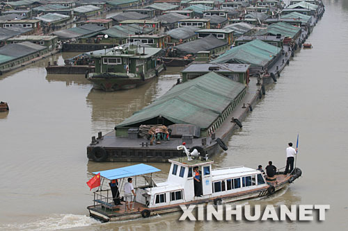 7月23日,一艘巡逻艇在滞留船只停泊水域进行治安巡逻。