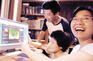 团员之一的孟婧连夜开通了网上博客,家里人都非常关心孩子们此次对话杭州湾市长的活动。记者 李苾罡 摄