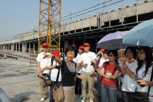 钱江新城管委会招商处处长孙幼幼向大学生记者介绍城市阳台工程。