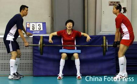 图文:中国女排公开训练 周苏红练力量表情痛苦