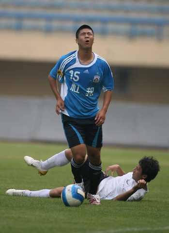 图文:[热身赛]大连3-0西安 赵明剑突破