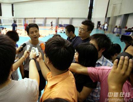 图文:中国女排公开训练 面对记者侃侃而谈