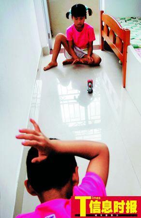 孩子们亲如一家,虽然玩耍时会出现一些小矛盾,但他们依然快乐无比。