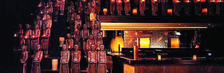 """""""道""""餐厅纽约店内放满佛像,可出售的芒果味蜡烛点缀其中。"""
