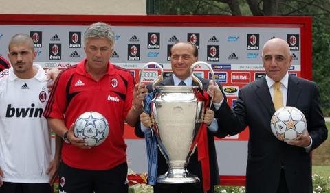 图文:AC米兰集结备战新赛季 炫耀冠军杯奖杯