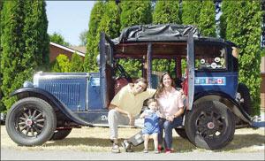2003年7月合影,夫妇俩抵达阿拉斯加前,大儿子帕姆帕已经会下地走路和说话