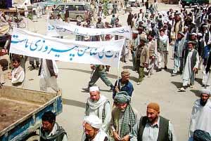 7月24日,在阿富汗中部加兹尼省,当地民众走上街头,呼吁释放被塔利班绑架的23名韩国人质。 新华社/美联