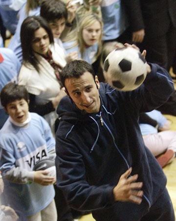 图文-阿根廷飞人出席活动 吉诺比利耍足球