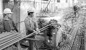 建筑行业的工人在高温下工作 种楠 摄