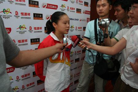 图文:体操世界杯赛前发布会 程菲接受采访