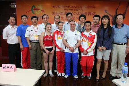 图文:体操世界杯赛前发布会 运动员与领导合影