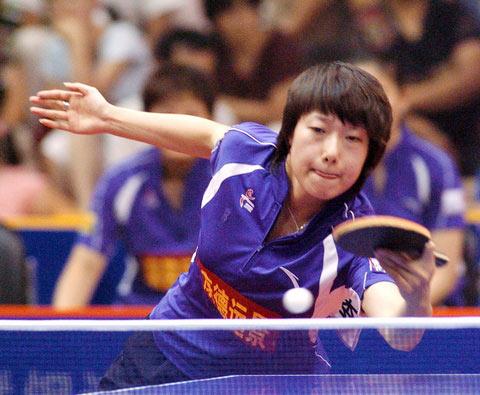 图文:乒超第八轮重庆3:0八一 李楠反手横打