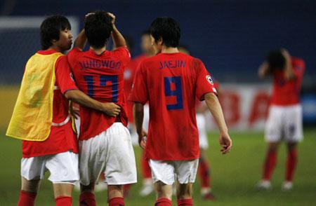 图文:[亚洲杯]韩国3-4伊拉克 曹宰臻安慰队友