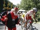 图文:环法自行车赛16赛段 老车迷扮魔鬼齐上阵