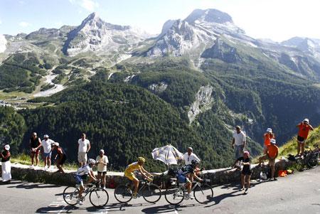 图文:环法自行车赛16赛段 比利牛斯山景色迷人-搜狐体育