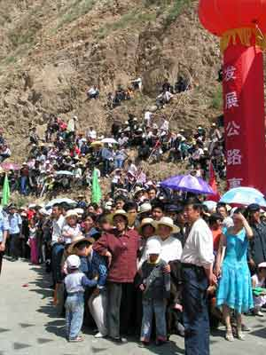 上万群众自发到现场观看通车