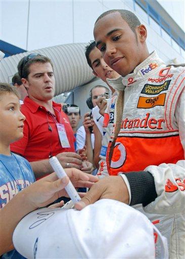 图文:[F1]赫雷斯赛道试车 汉密尔顿为车迷签名