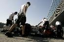 图文:[F1]赫雷斯赛道试车 结束练习回到维修间