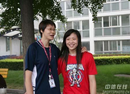 图文:女排出征大奖赛 赵蕊蕊与小美女魏秋月