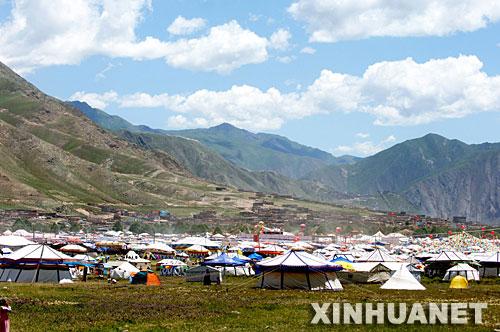 """这是""""帐篷城""""远景(7月25日摄)。"""