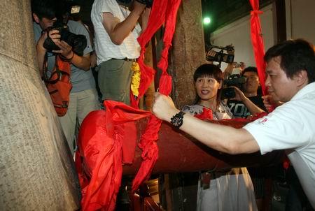 """叶乔波与主创人员一同撞响永乐大钟,为《We are ready》采集雄浑的""""北京之声"""""""