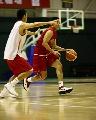 图文:[男篮]进行封闭训练 刘炜带球进攻