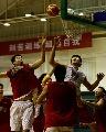 图文:[男篮]进行封闭训练 大郅争抢篮板