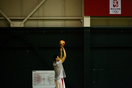 图文:[男篮]进行封闭训练 姚明练习投篮