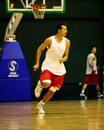图文:[男篮]进行封闭训练 易建联准备快攻