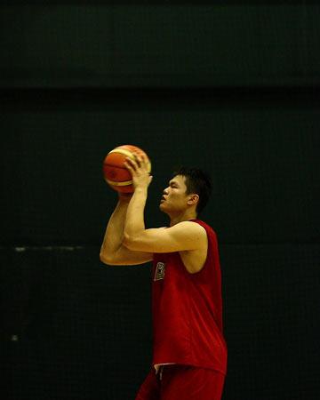 图文:[男篮]进行封闭训练 朱芳雨练习罚球