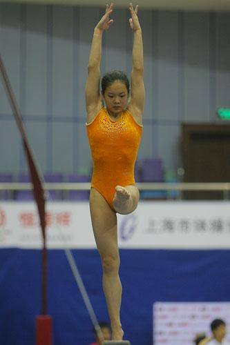 图文:体操世界杯中国队首训 程菲训练平衡木