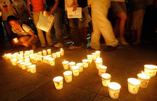 7月26日,首尔市民点燃蜡烛守夜,企盼被绑人质早日获救。