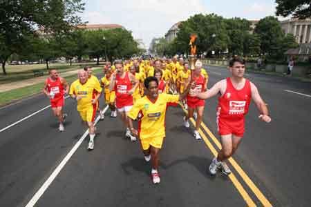 火炬跑队伍在华盛顿街道上行进。