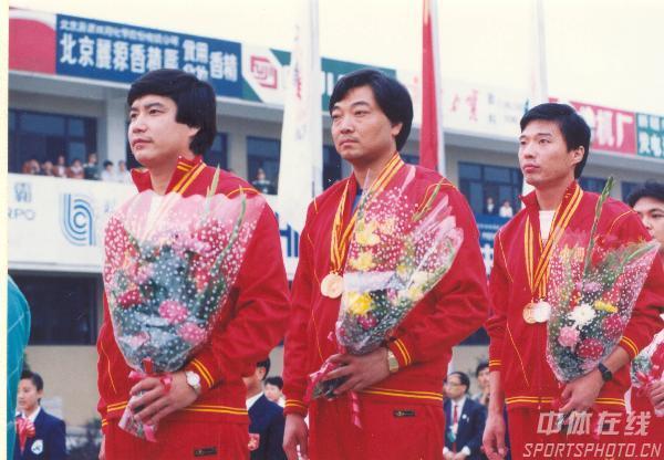 图文:1990年北京亚运会 许海峰等人在领奖台上