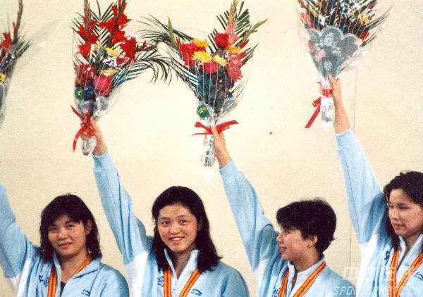 图文:1990年北京亚运会 中国队队员在领奖台上