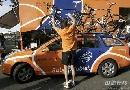 图文:环法第17赛段 拉波银行车队在准备赛车