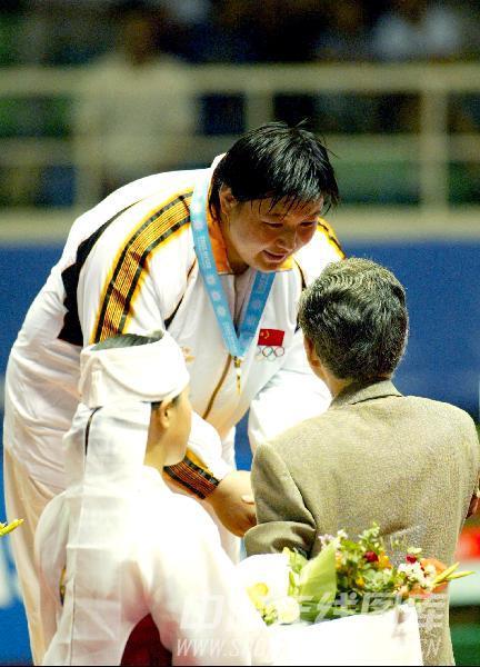 图文:2002年14四届釜山亚运会 孙福明接受颁奖