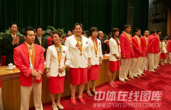图文:28届奥运代表团表彰会 孙福明获荣誉奖章