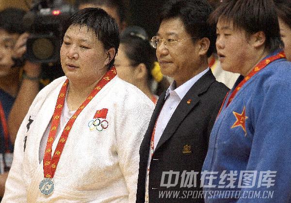 图文:2005年十运会比赛 孙福明赛后颁奖仪式上