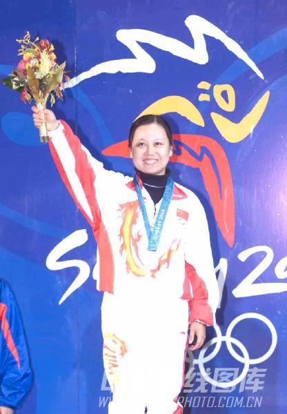 图文:2000年悉尼奥运会 陶璐娜夺冠在领奖台上