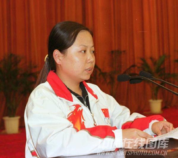 图文:夺得奥运首金 陶璐娜在人民大会堂作报告