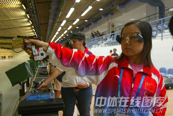图文:2004年雅典奥运会 陶璐娜在射击场训练中