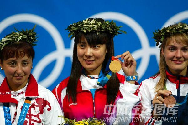 图文:2004年雅典奥运会 杜丽获得本届奥运首金