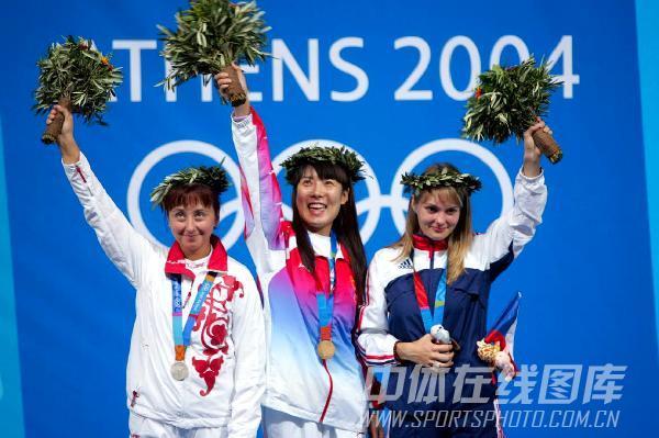图文:04年雅典奥运会 中国射击队员杜丽获首金