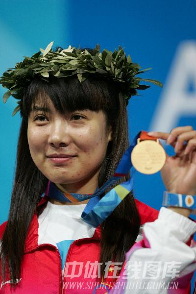 图文:2004雅典奥运会 杜丽手持金牌在领奖台上