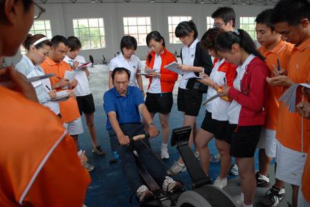 图文:奥运舵手海林集训结束 赛艇教练讲解