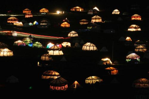 7月26日,青海玉树,夜幕下的帐篷。